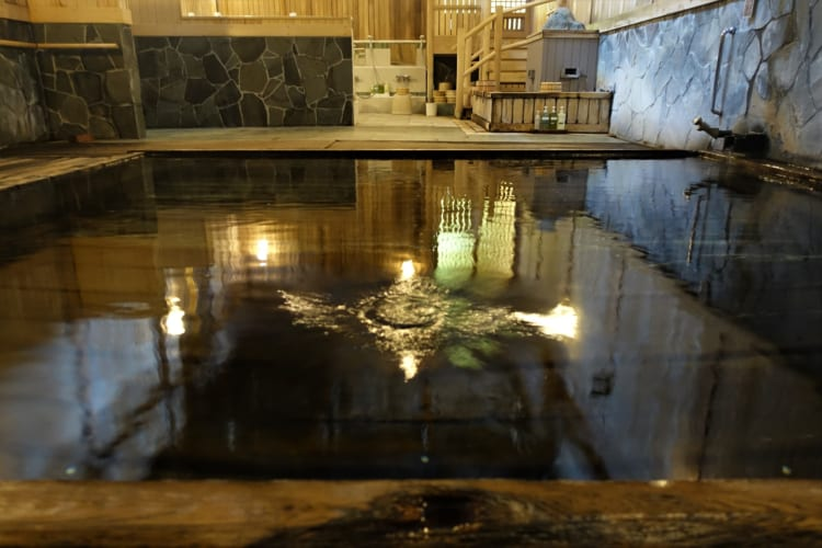 温泉+絶景の紅葉 源泉ぷくぷく、蔦温泉「千年の秘湯 蔦温泉旅館」