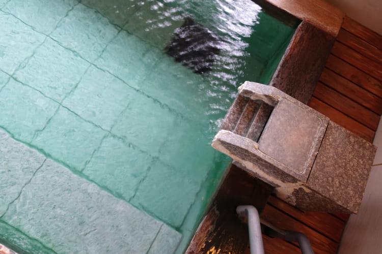 温泉+散歩 静かな森のプチホテルと温泉街のにぎわい 草津温泉「ホテルクアビオ」