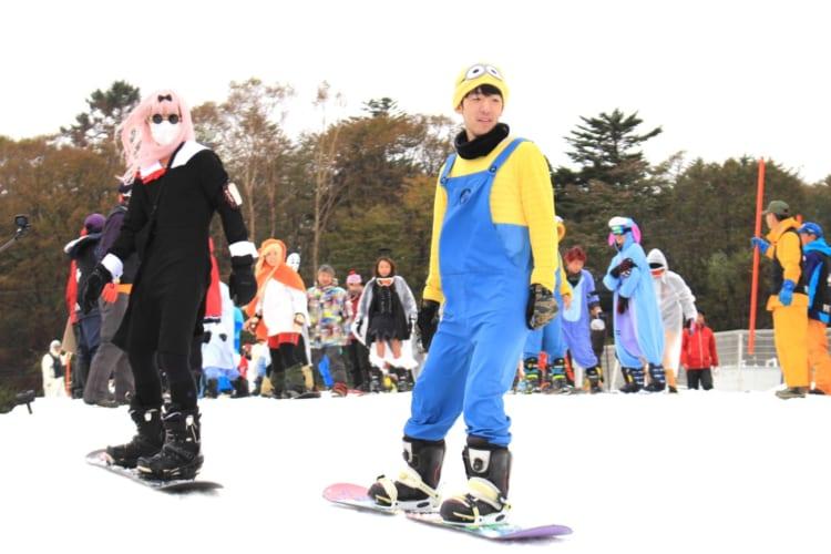 今年も日本一早くオープン、「イエティ」で250人が仮装初滑り