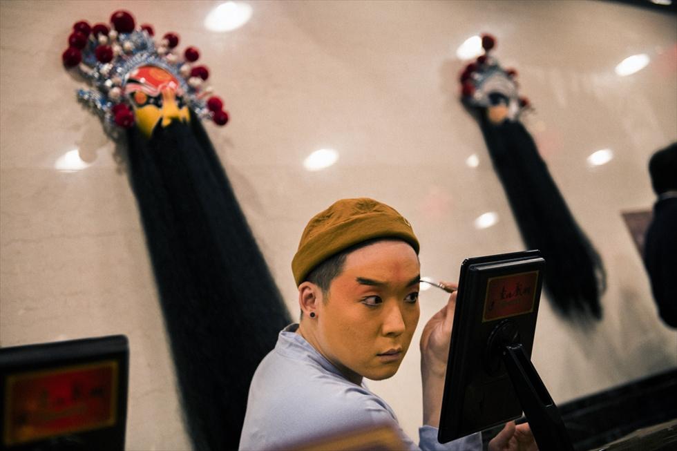 百面相のように表情を変えながらメイクする台湾の京劇
