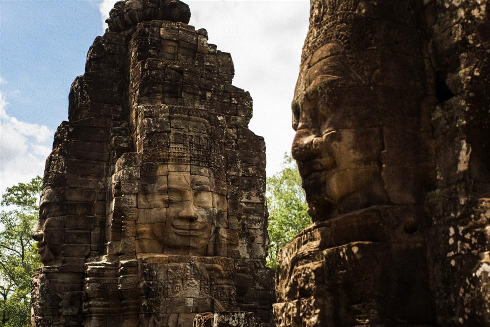 カンボジア、アンコール・トムの穏やかな巨大四面像に癒やされる