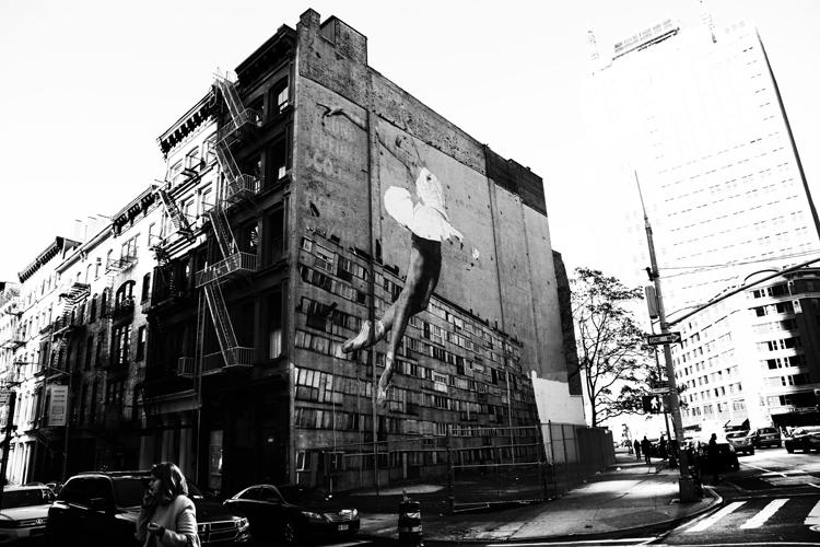 (34)巨大バレリーナ、ビルの壁で踊る 永瀬正敏が撮ったニューヨーク