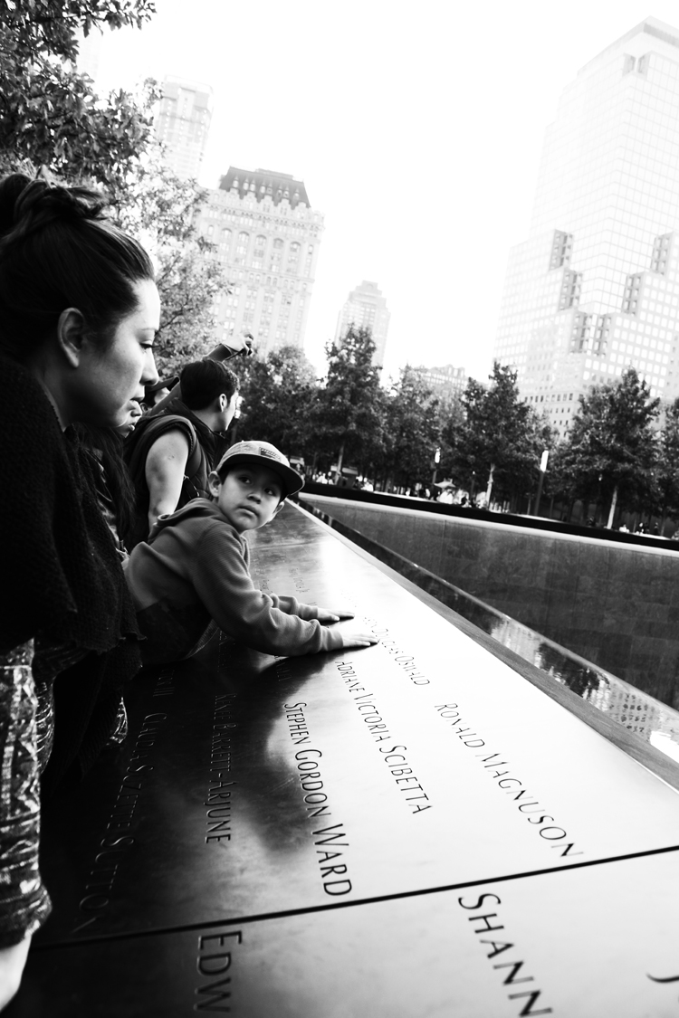 (36)犠牲者の名に、そっと手を置く子 永瀬正敏が撮ったグラウンド・ゼロ