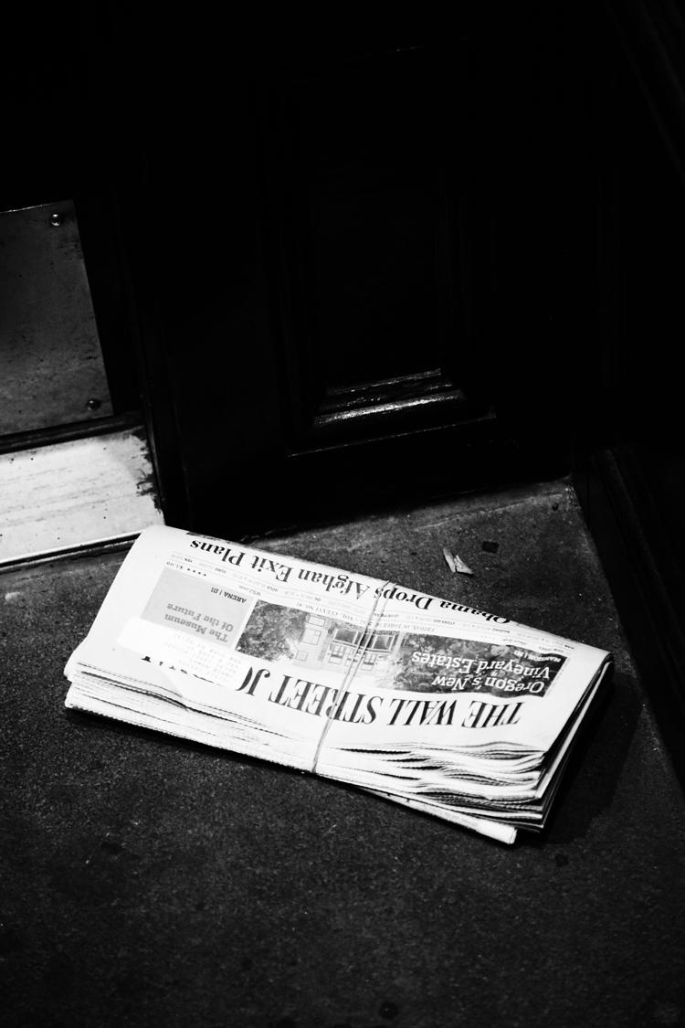(38)軒先にぽつりと置かれた新聞 永瀬正敏が撮ったマンハッタン