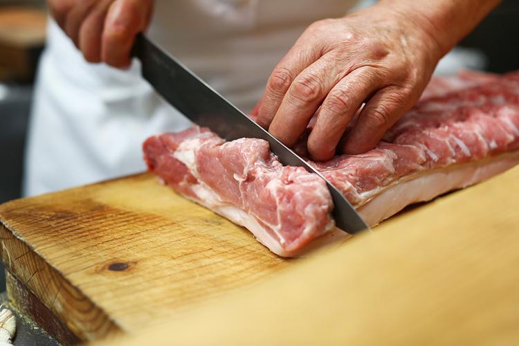 ロースの竹サイズに肉を切り分ける
