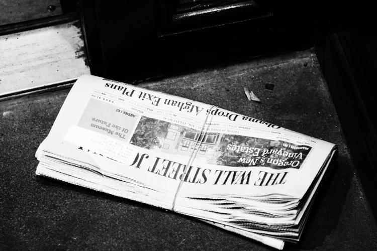 軒先にぽつりと置かれた新聞 永瀬正敏が撮ったマンハッタン
