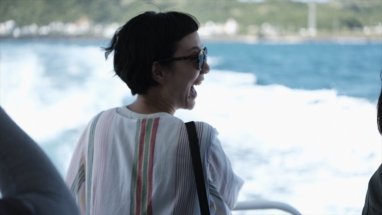 モデル・はな、沖縄の離島で癒やされる