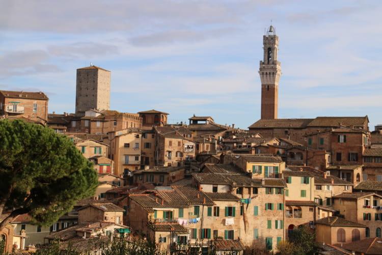 フィレンツェから南に約60キロメートルにある中世都市シエナ