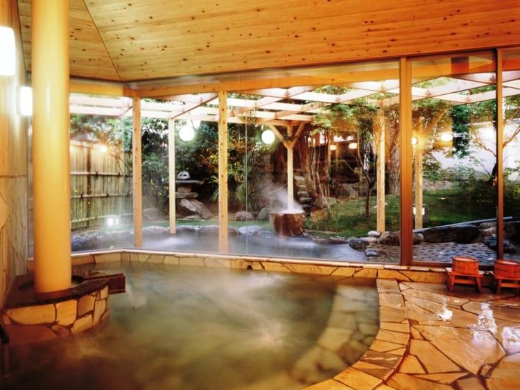 肌ざわりのよい湯があふれる大浴場(画像提供=観水庭 こぜにや)