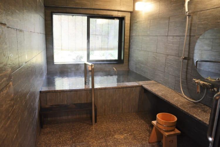 浴室は源泉かけ流し。入浴しやすい構造になっています
