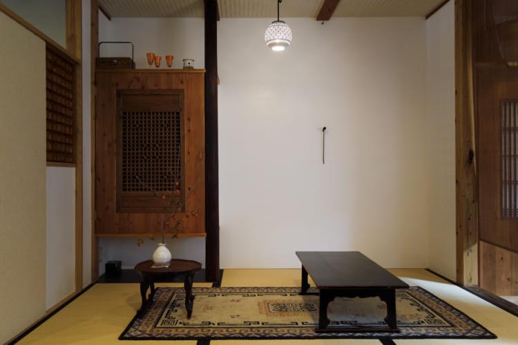 京都「茶房一倫」。茶室をイメージした座敷には季節の花が生けられている