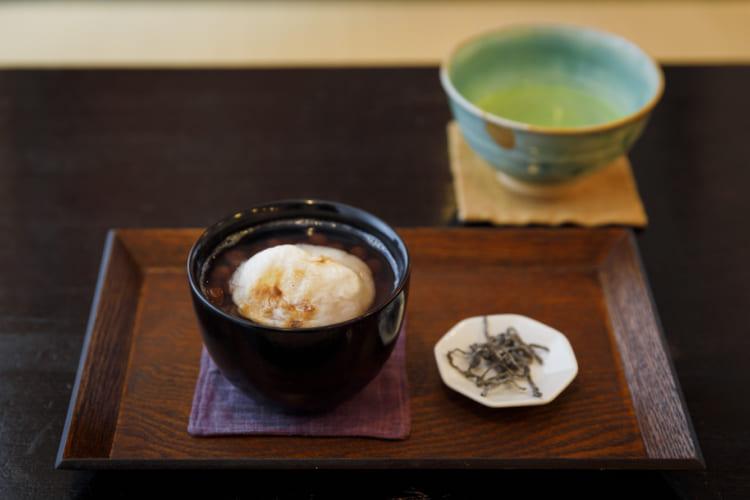 京都「茶房一倫」。「焼き餅ぜんざい」(単品730円)。ドリンクセットは1080円(抹茶は+100円)