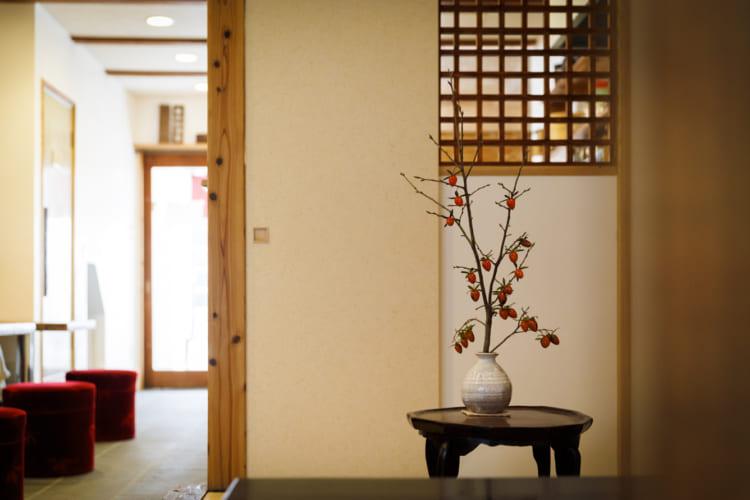 京都「茶房一倫」。ソファ席では常連客が喫茶店感覚で抹茶や甘味を楽しむ