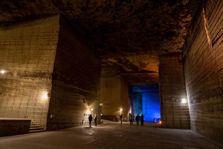 ダンジョン? 神殿? 地下30mの息をのむ巨大空間 大谷資料館で冬限定の光景を