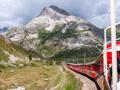 世界遺産の路線を走る絶景列車の360度ループ