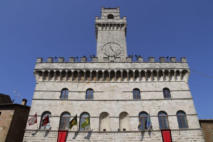 モンテプルチァーノの市庁舎。毎年夏の人気行事「樽(たる)転がし」では、ゴール地点として白熱する