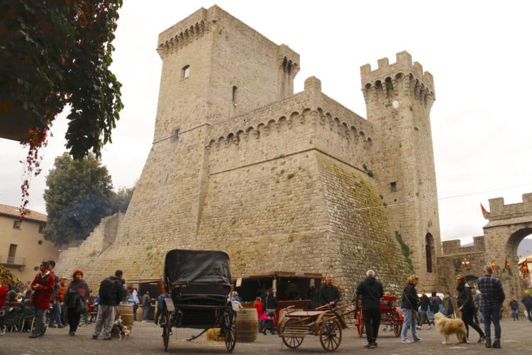 ピアンカスタニャーイオの城塞(じょうさい)。これは毎年秋に行われる「栗祭り」の日