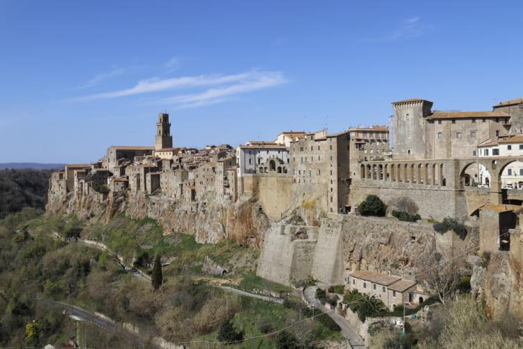 凝灰岩の上にそびえるピティリアーノ。16世紀、ローマ教皇による迫害から逃れてきたユダヤ人を保護したことで知られる