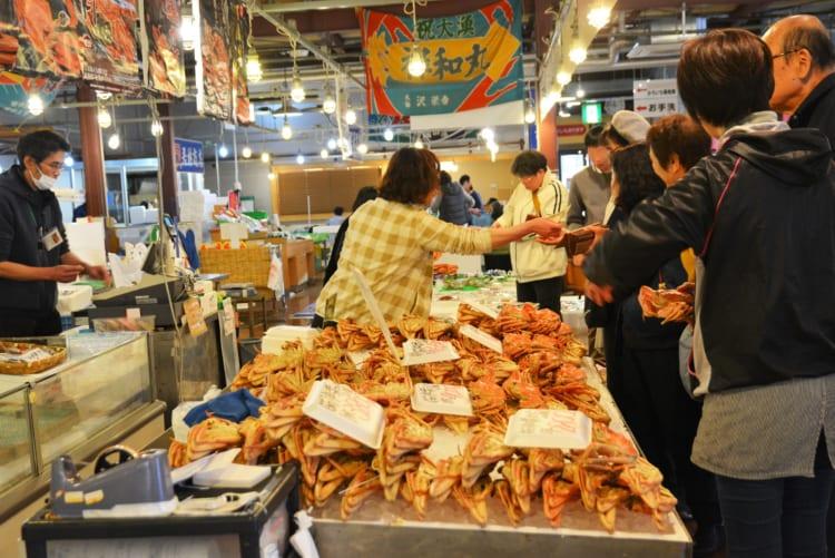 場内には鮮魚店や食事処があり、たくさんの人でにぎわっていました
