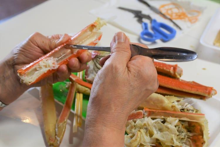 購入したカニは場内で食べられ、ハサミなどの用具も貸してくれます