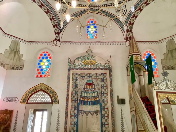 17世紀建造のモスク。シンプルな装飾と明るい色彩、独特のシャンデリアが印象的