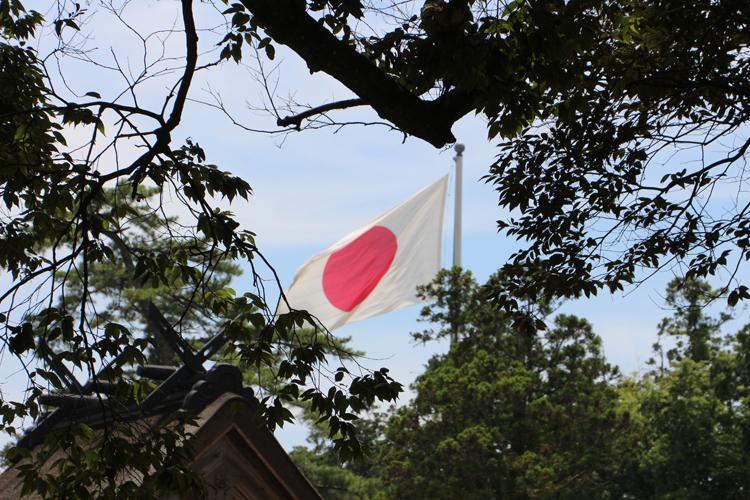 風に翻る日章旗