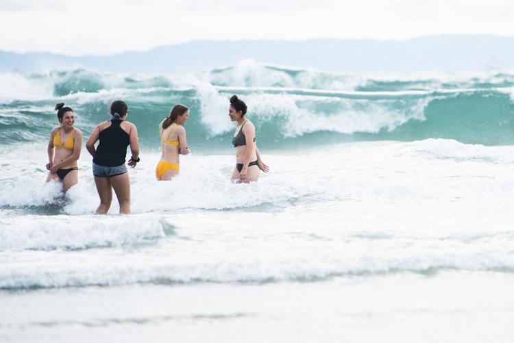 3月の海を楽しむハンティントンビーチの女子たち