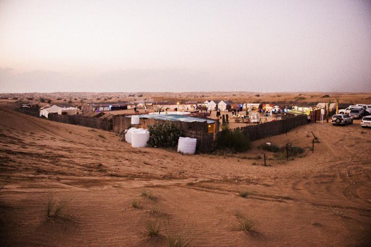 ドバイ、砂丘から見えたキャラバン