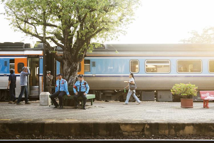 ゆったりとした時間が流れる駅のホーム ランパーン