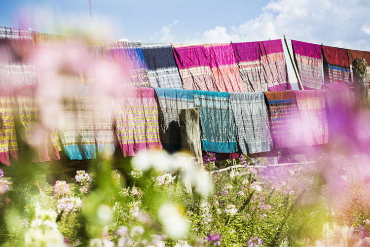 太陽を浴びるタイ・ルー族のシルク織物
