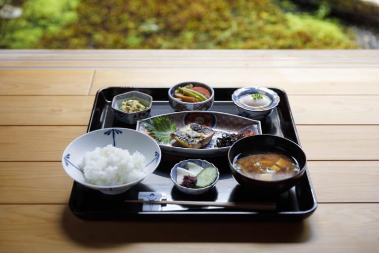 朝食(700円・税込み)。「京都はモーニングがおいしい喫茶店がたくさんあるので、うちでは和食を。日によって外で食べたり宿で食べたりと楽しんでもらえたら」とあふるさん