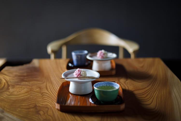 ウェルカムスイーツは季節の和菓子と日本茶で。和菓子は近所の「塩芳軒(しおよしけん)」など京都の名店から