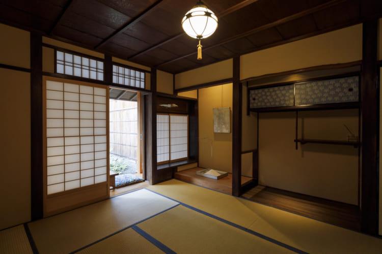 2人部屋は写真の和室のほか洋室も。床の間のしつらえは京都の若手の茶人グループ「陶々舎」が手がける
