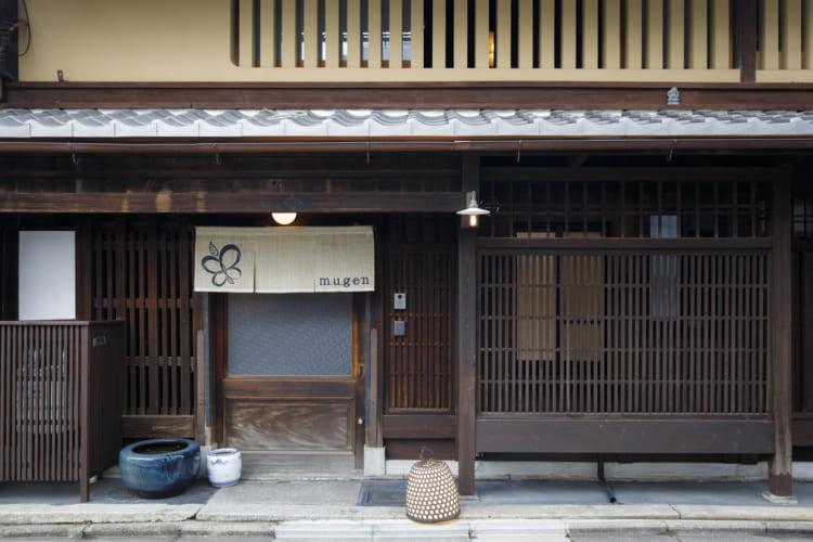 格子戸や虫籠窓が京町家らしい外観。宿泊客用にレンタサイクルが無料なのもうれしい