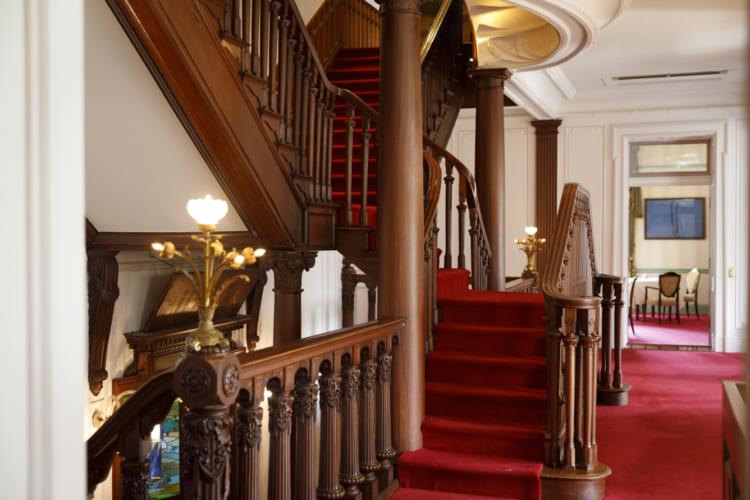 西洋建築を模して、日本の職人が彫り上げたという欄干が見事な階段