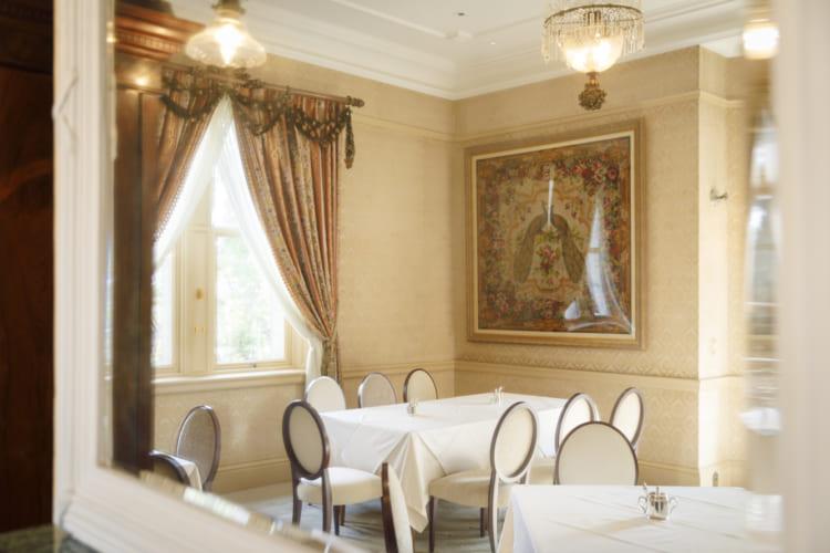 ゲストの寝室として使われていた「鳳凰(ほうおう)の間」。自然光が降り注ぐ柔らかい雰囲気の空間