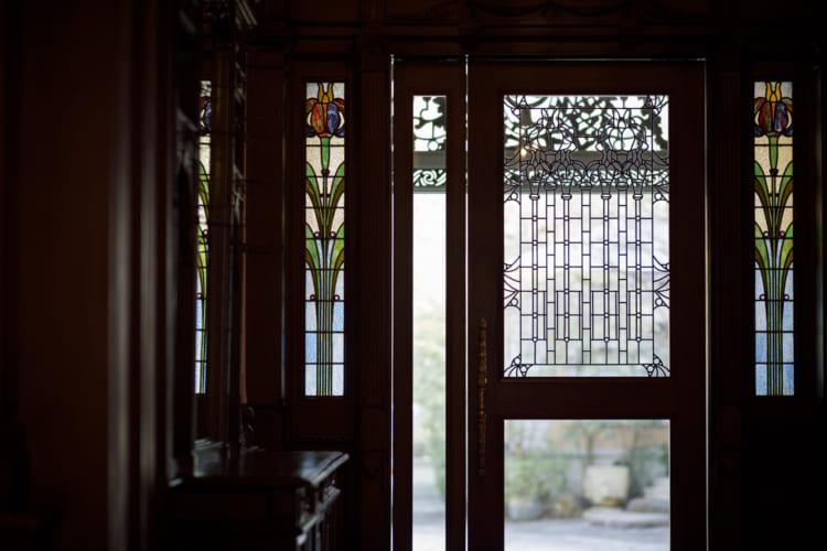 ステンドグラスや鏡、建具はすべて当時のまま。家具30点を含む建物全体が有形文化財に指定されている