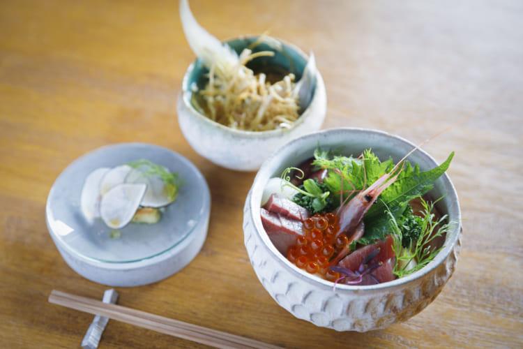 「海鮮丼セット」(1500円)。他に「刺(さし)身定食」(1780円)、「手毬寿司(てまりずし)セット」(1800円)もある。いずれも一品料理・あら汁付き、税込み
