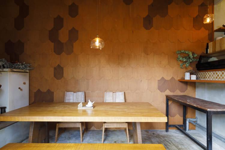 うろこ状の壁やモダンなテーブルセットは、鮮魚店とは思えぬカフェのような店内