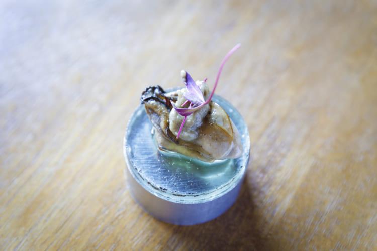切り身やサクの販売のほか、テイクアウトの魚介の総菜も。こちらは「牡蠣(カキ)のオイル漬け」(690円/100g)。シャーレを小皿に見立てて盛り付けてくれた