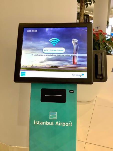 イスタンブール空港の無料Wi-Fi登録をするモニター