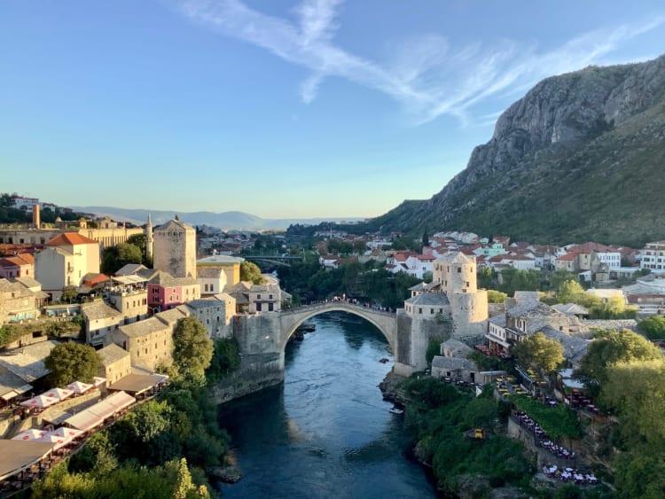 モスタルに到着! ボスニア紛争では激戦地となった古都だが、爆破された橋、スタリモストも2004年に修復され美しい姿を取り戻している。ボスニア・ヘルツェゴビナ屈指の観光地だ