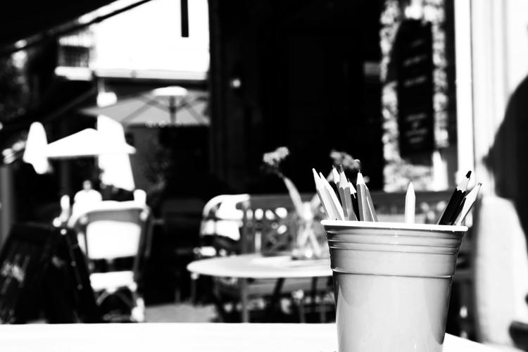 (45)何だろう レストラン卓上の色鉛筆 永瀬正敏が撮ったカンヌ