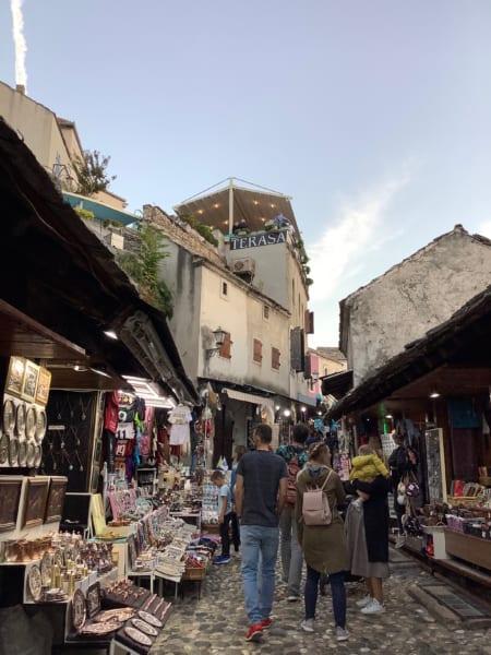 スタリモストの東側はイスラム教徒が多く住むエリア。アラブ風のお土産が並ぶ