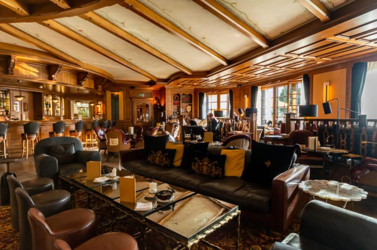 揺れる車内で酒を注ぐ神業 1等車と5つ星ホテルで巡るスイス1周鉄道旅(3) サン・モリッツ~リッフェルアルプ