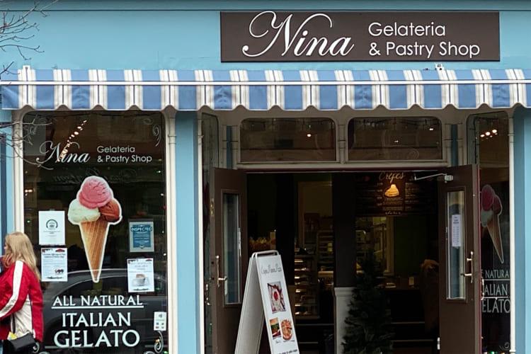 メインストリート沿いに可愛らしい個人商店が軒を並べている