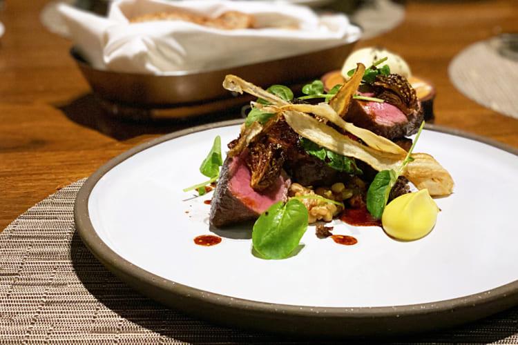カナダ産エルクロイン(シカの背すじ肉)のソテー。肉は柔らかくほのかな甘みを感じる