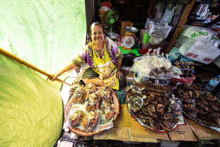 線路に市場が! バンコクから日帰りで行けるおすすめスポット
