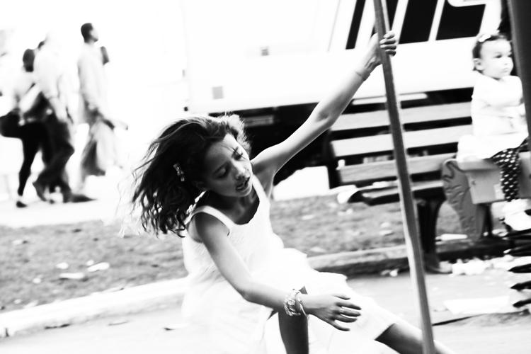 女の子がぐるぐる幸せな瞬間 永瀬正敏が撮った南仏