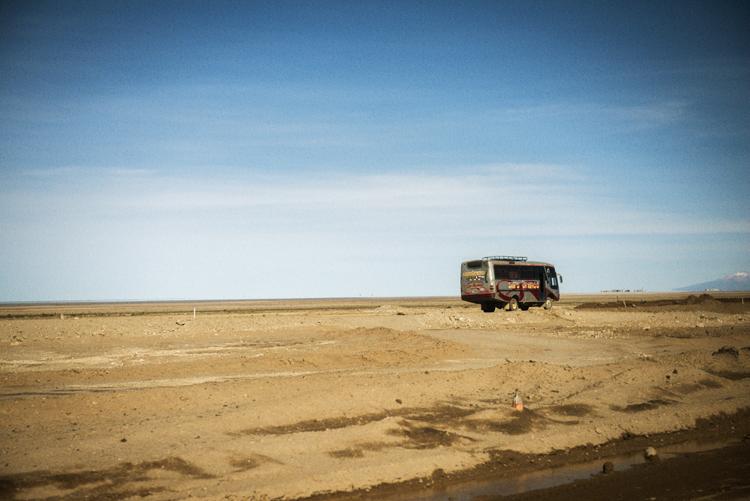 ボリビアの荒野で見かけた小さなバス